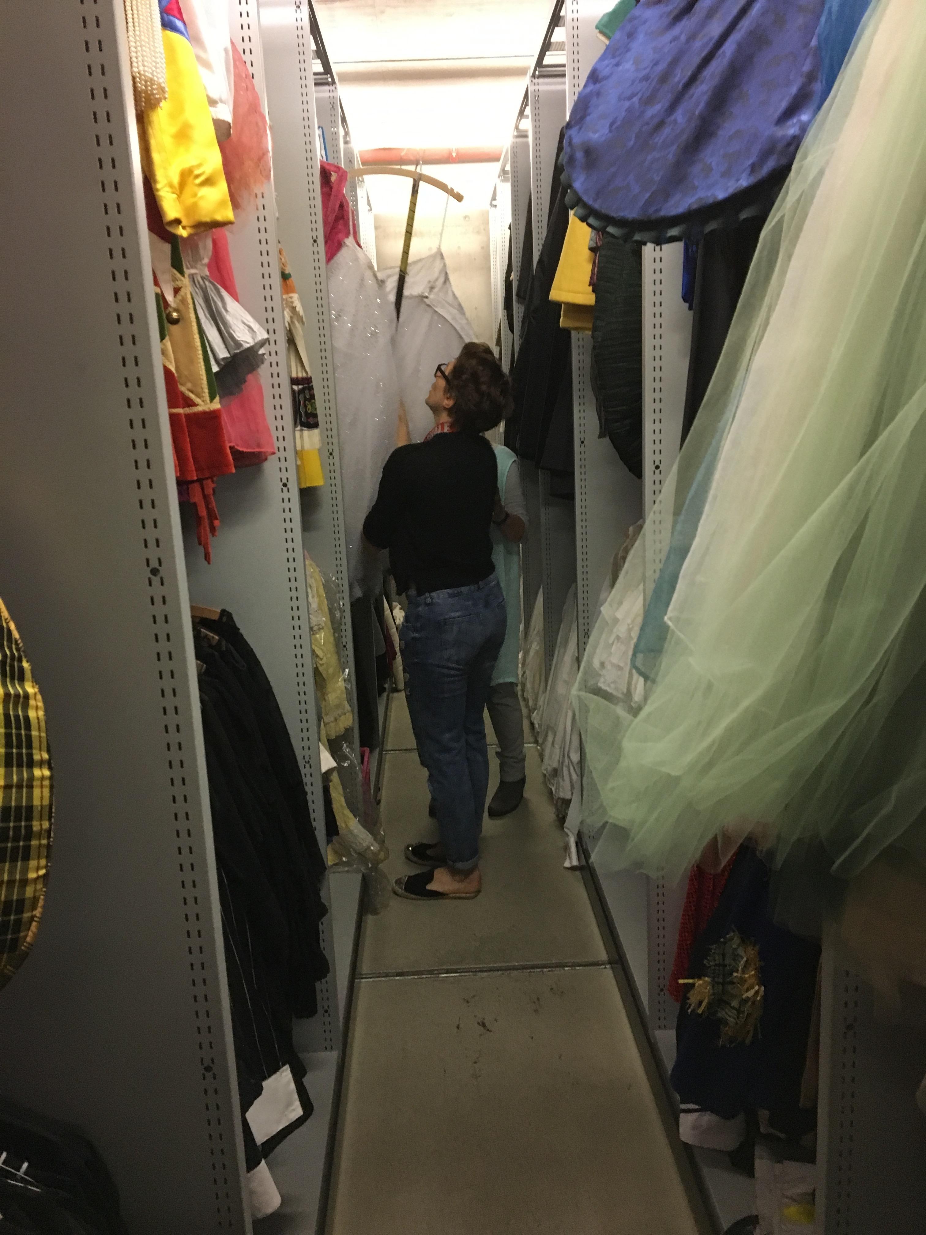 Ingrid Lupescu holt ein erstes Kostüm aus einem Schrank.