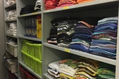 Im Kostümfundus stapeln sich T-Shirts in allen Farben und Größen,  ...