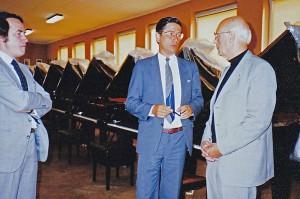 Wilhelm Ohmen, Prof. Dr. Dieter Zimmerschied, Dr. Alfred Hartmann bei der Auswahl des Konzertflügels in Hamburg